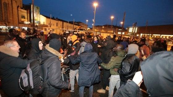 Spara e uccide passante a Firenze. La rabbia dei senegalesi: divelte fioriere, paura in centro