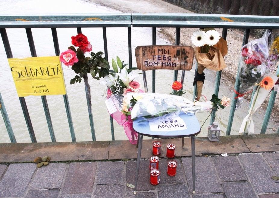 Firenze, fiori e messaggi sul ponte Vespucci per Idy Diene