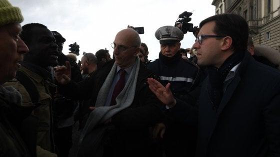 Firenze, omicidio Diene: tensione al presidio su ponte Vespucci. Insulti e uno sputo a Nardella