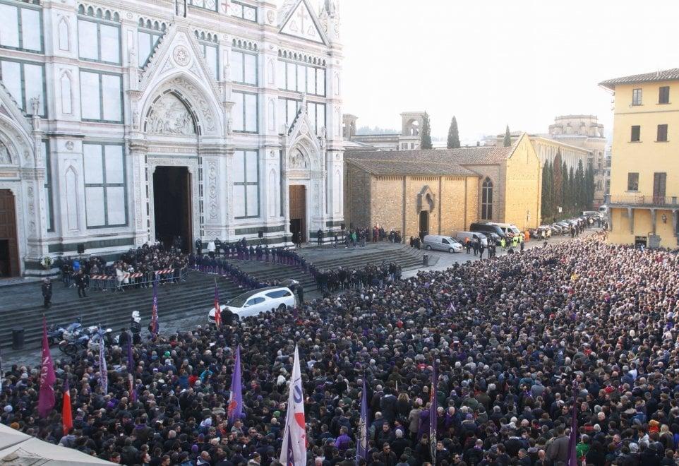 Funerali Astori, la folla commossa e silenziosa in piazza Santa Croce a Firenze