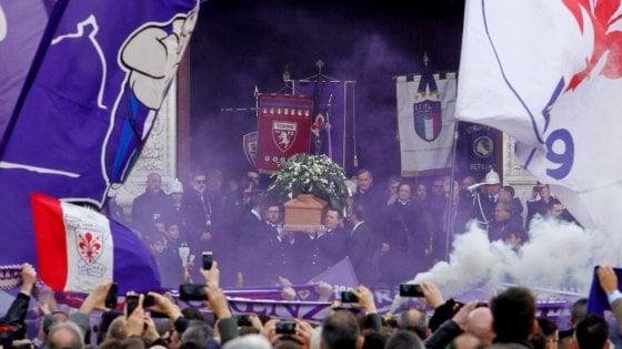 Firenze, in 10mila in Santa Croce per l'addio al capitano della Fiorentina Astori