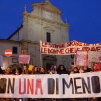 Firenze, parrucche colorate e mimose tra i capelli: le donne in corteo per l'otto marzo
