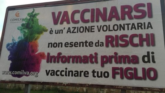 Vaccini, manifesti no-vax ad Arezzo e Viareggio