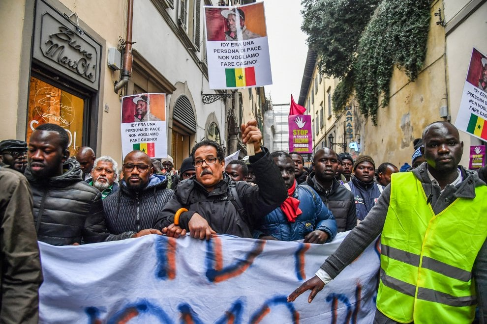 Firenze, in memoria di Idy Diene migliaia di persone in corteo contro il razzismo