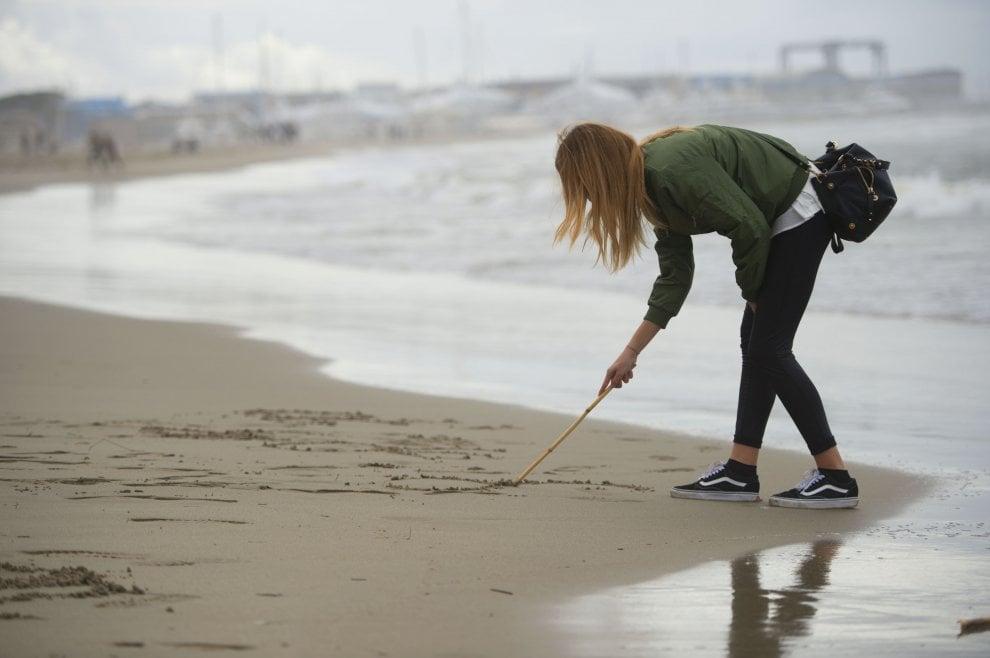 Viareggio, tremila studenti in spiaggia a cento giorni alla maturità