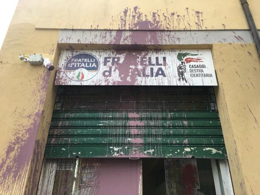Blitz contro la sede di Fratelli d'Italia a Firenze: secchi di vernice sulle vetrate