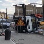 Camion si ribalta in piazza Stazione a Firenze  foto