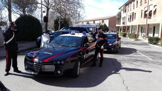 Aggredisce l'ex moglie con un cacciavite: arrestato uomo di 36 anni nel Senese