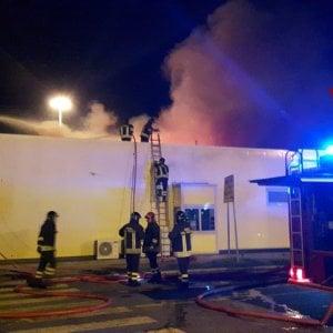 Firenze,  fiamme al McDonald's della stazione di servizio dell'A1