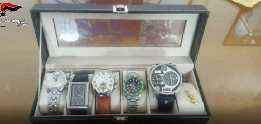 economico per lo sconto c9b57 d6f74 Orologi, bracciali e gioielli: i carabinieri di Siena ...