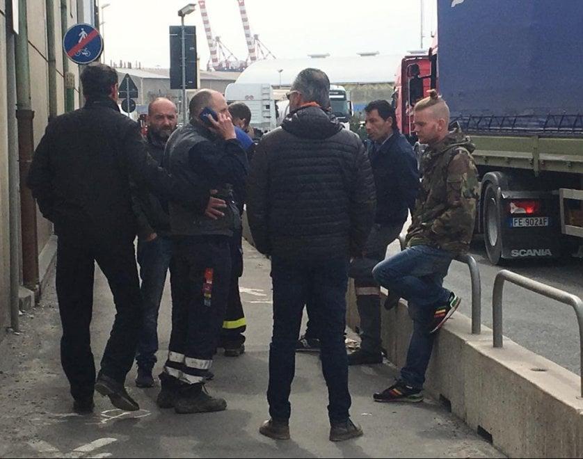 Livorno, esplode un serbatoio al porto: due morti. La disperazione dei compagni di lavoro