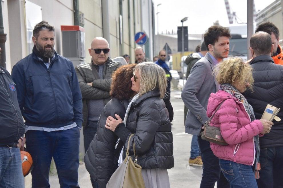 Livorno, esplosione al porto: due operai morti. La disperazione dei familiari