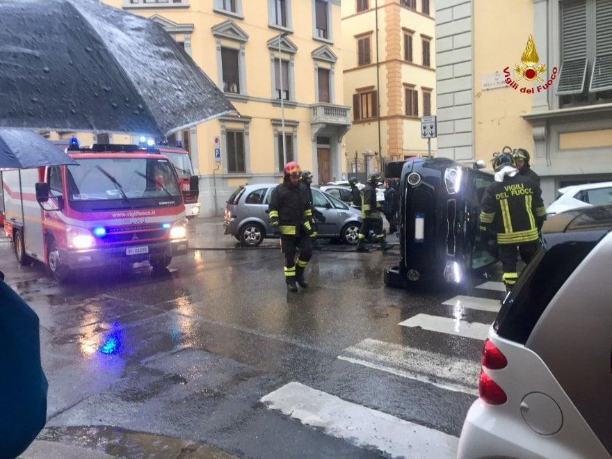 Auto si ribalta a Firenze: ferite due donne