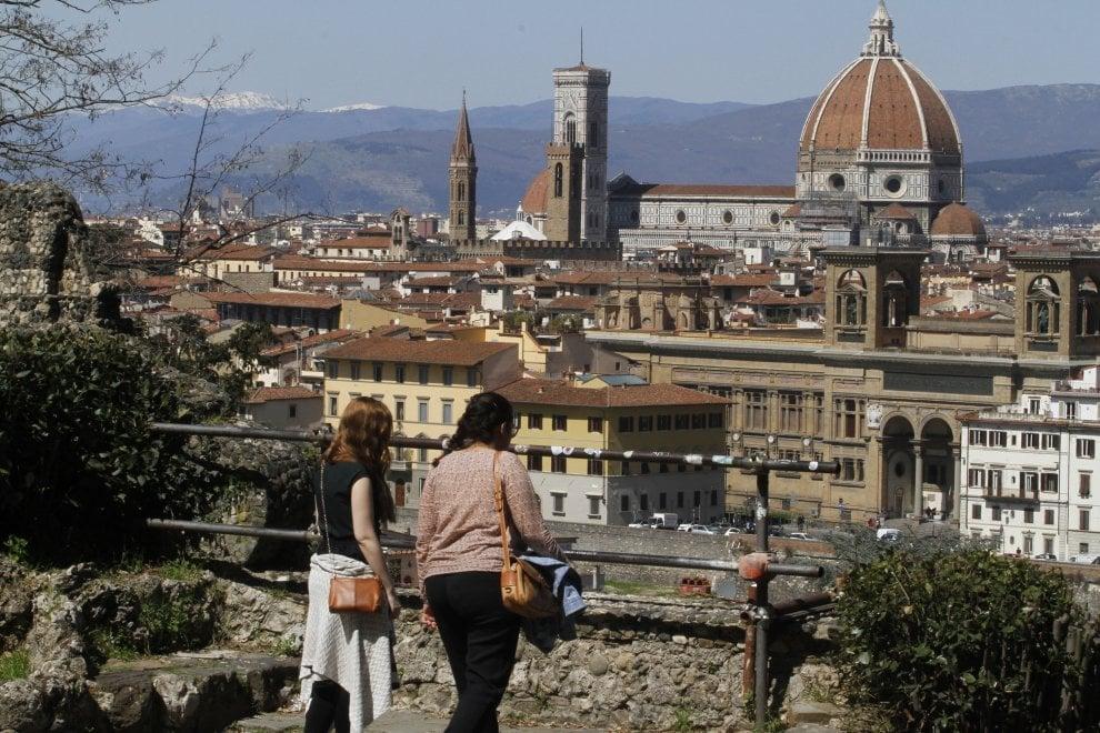 Transenne, rifiuti ed erbacce: l'abbandono delle rampe del Poggi a Firenze