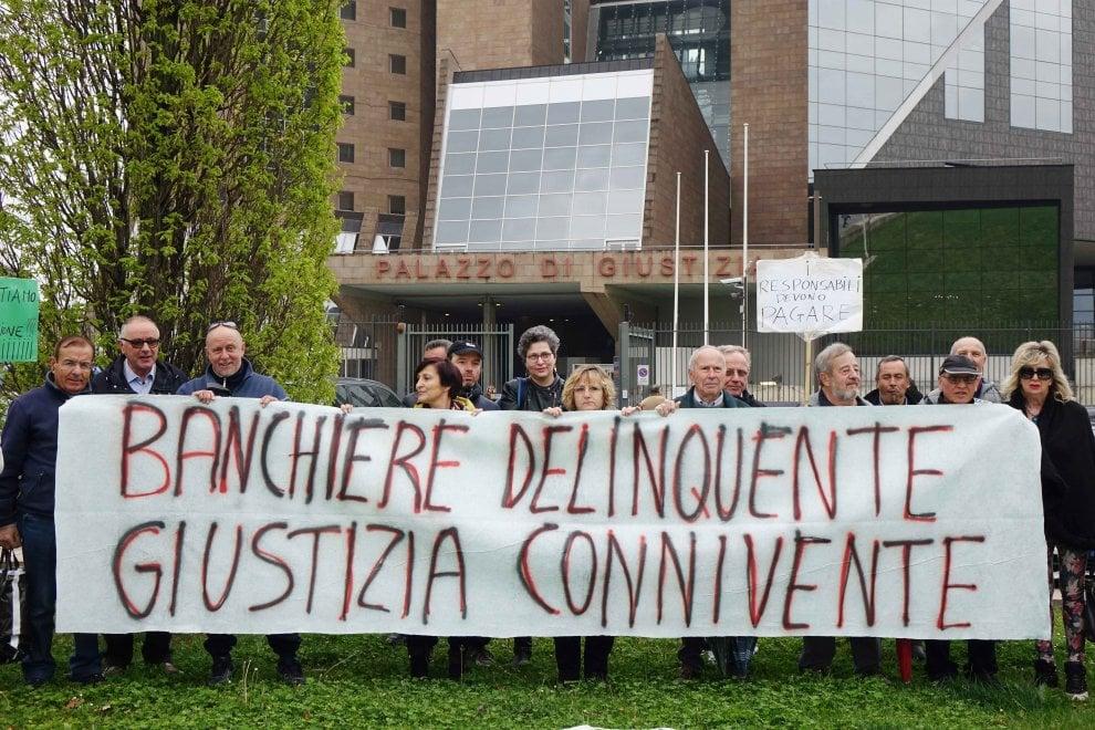Banca Etruria, la protesta dei risparmiatori davanti al Palazzo di Giustizia di Firenze