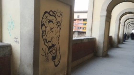 Firenze, identificato e denunciato il writer che realizzò un graffito sotto il loggiato del Corridoio Vasariano