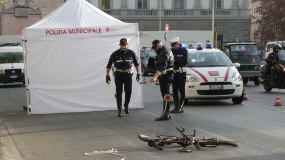 Firenze, travolto da un furgone all'alba mentre era in bici: morto 34enne