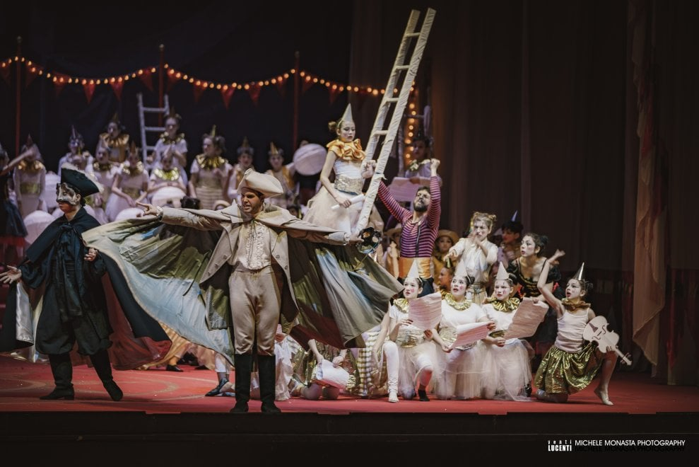 """""""Tutti mi chiamano"""", al teatro del Maggio 900 bambini portano in scena Il Barbiere di Siviglia"""