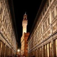 Firenze, fanno pipì sotto il Loggiato degli Uffizi: maxi multa a due turisti