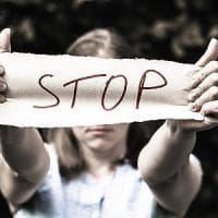 Violenza sulle donne, 11 al giorno chiedono aiuto
