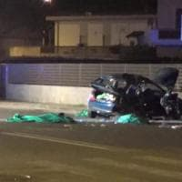 Carrara, auto si ribalta nella notte: 4 giovani morti