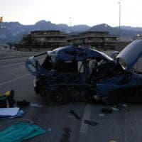 Carrara, auto si ribalta in curva nella notte: 4 giovani morti