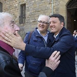 """Firenze, il sondaggio di Renzi in piazza: """"Tu faresti il governo con i Cinquestelle?"""". E tutti dicono no"""