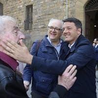 """Firenze, il sondaggio di Renzi in piazza: """"Tu faresti il governo con i Cinquestelle?"""". E..."""