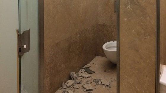 Firenze, crolla pezzo del rivestimento in travertino nel bagno degli Uffizi: ferita una turista