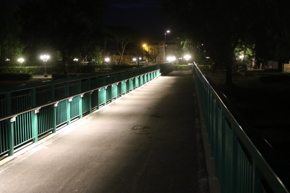 Firenze luci al led sulla passerella dell 39 isolotto 1 di for Luci al led