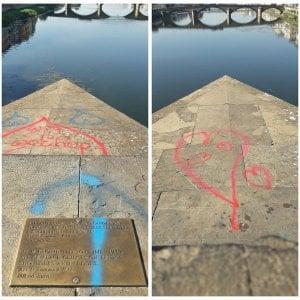 Firenze, via scritte e graffiti: ponte Santa Trinita torna a nuova vita