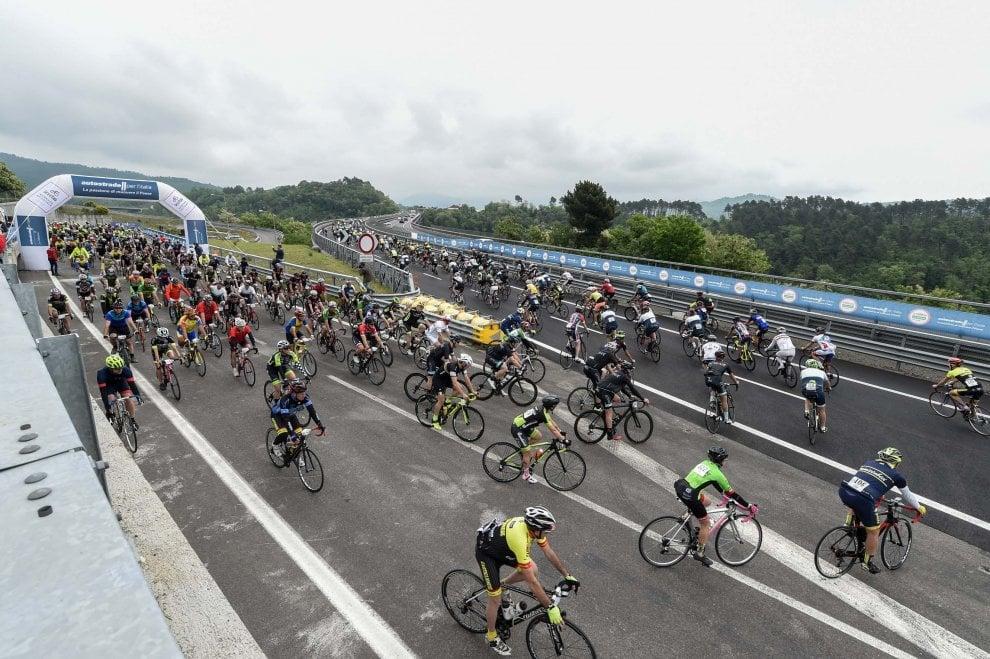 Giro sull'A1 panoramica, oltre 1000 ciclisti alla pedalata in autostrada
