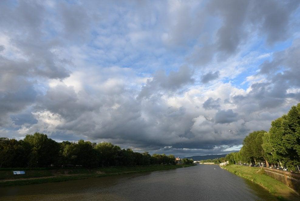 Firenze, assediata dalle nuvole: ma che colori...