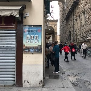 """""""Firenze non è uno stabilimento balneare"""": le norme di comportamento per i turisti"""