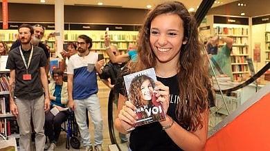 C'è Iris Ferrari, la youtuber  foto  fa il pieno in libreria a Firenze
