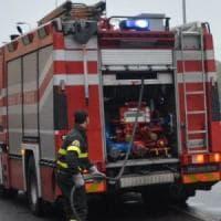 Arezzo, fiamme nel parcheggio del deposito poste, auto danneggiate