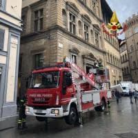 Firenze, crollano parti del muro esterno di Palazzo Salimbeni: nessun ferito