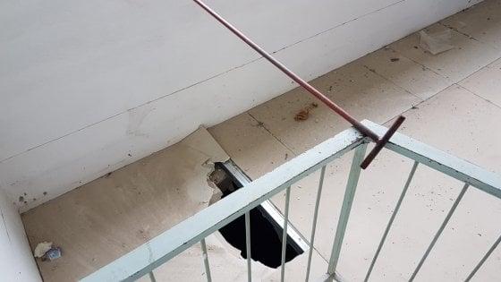 livorno prof cerca di aprire una finestra ma il pavimento