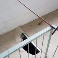Livorno, prof cerca di aprire una finestra ma il pavimento in cartongesso cede: giù da 3...