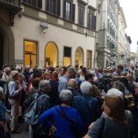 Firenze, Pd: la gente davanti alla prefettura: