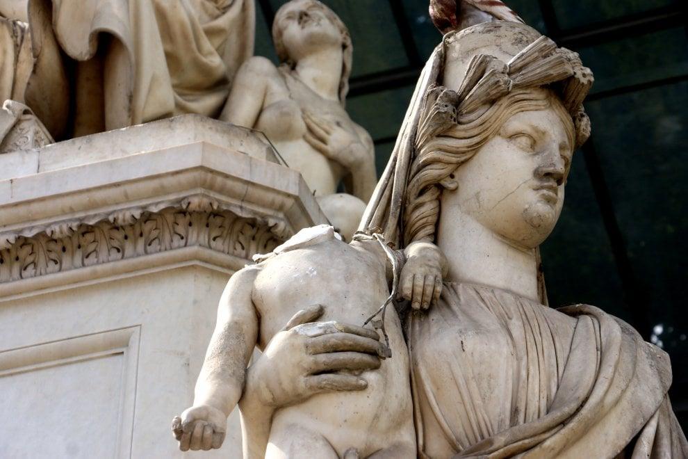 Firenze, danneggiata la statua in piazza Demidoff