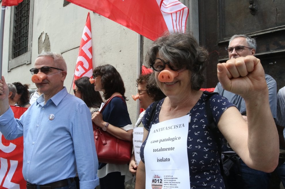 Firenze,  in difesa della prof antifascista: al flash mob con occhiali e nasi da maiale