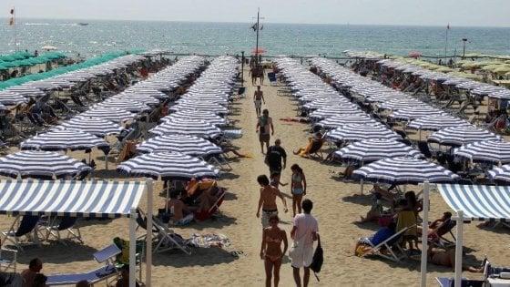 """Forte dei Marmi: i vigili """"sponsorizzati"""" sulla spiaggia a controllare gli abusivi"""