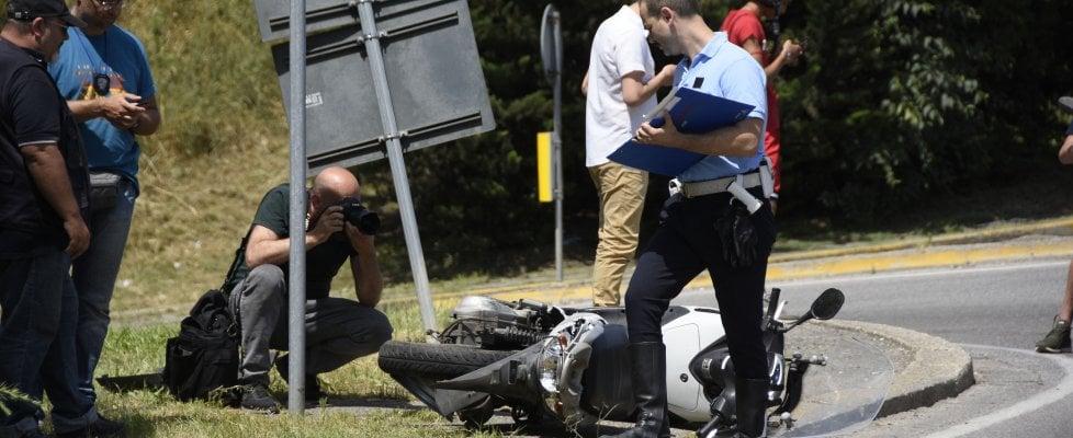 Firenze, colpi di pistola e inseguimento fra auto, scooterista travolto. E' grave. Cinque mezzi coinvolti, una macchina si è incendiata