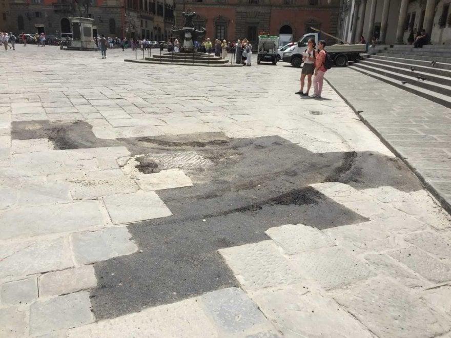 Firenze, rattoppi di asfalto fra le pietre di Santissima Annunziata