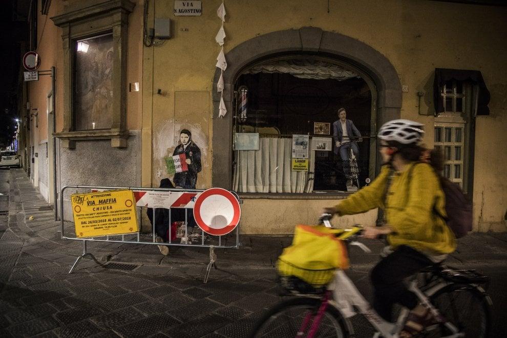 """Il blitz notturno di TvBoy a Firenze: Renzi col cartello """"Cercasi futuro"""" e la Venere in sneakers"""
