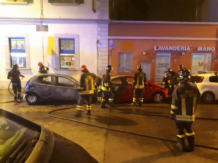 Firenze, due auto distrutte dalle fiamme nella notte a Gavinana