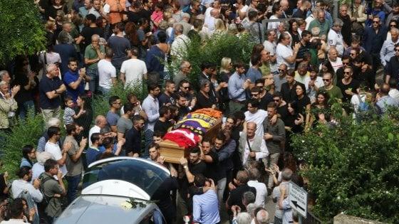 Firenze, scontro all'Isolotto: in centinaia per l'ultimo saluto a Duccio