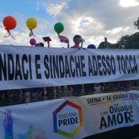 """Siena, in cinquemila al Toscana Pride.  L'appello ai sindaci: """"Adesso tocca a voi"""""""