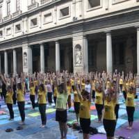 Firenze, che spettacolo l'esibizione di yoga nel cortile degli Uffizi